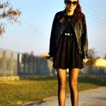 Czarna koronkowa sukienka z ramoneską