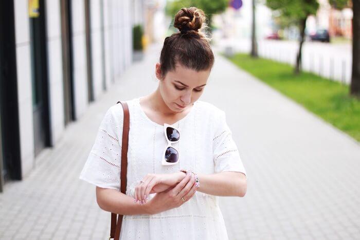 biała sukienka z haftem i chwostami zara