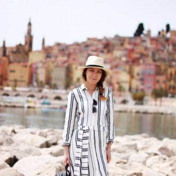 Strój dnia: długa sukienka w paski i kapelusz we francuskim Menton