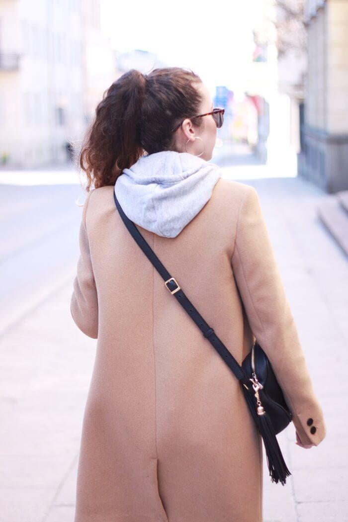 stylizacja beżowy płaszcz