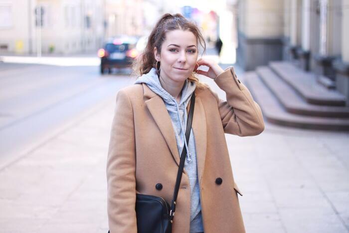 outfit beżowy płaszcz